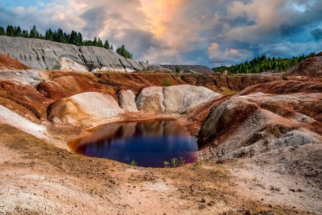 Lago vermelho, céu azul, lindas nuvens, paisagem como um planeta marte a superfície natureza dos montes urais