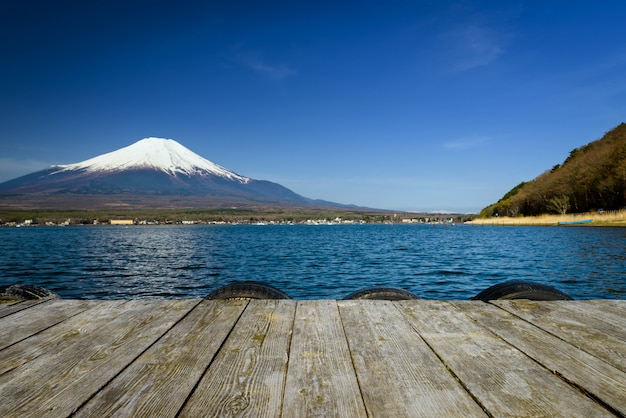 Lago yamanaka com o monte. vista de fuji, japão.