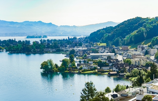 Lago zurique em wollerau cantão de schwyz na suíça zurichsee paisagem de montanhas suíças água azul e céu no verão natureza idílica e destino de viagem perfeito ideal como impressão artística cênica