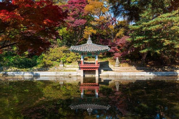 Lagoa aeryeongji e pavilhão aeryeonjeong no jardim secreto do palácio changdeokgung no outono.