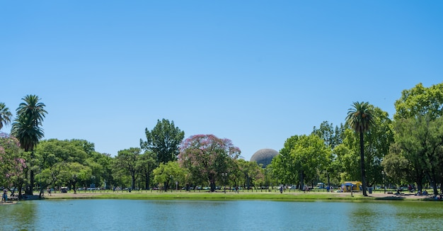 Lagoa artificial que limita um dos parques nas florestas de palermo, buenos aires.