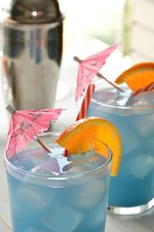 Lagoa azul cocktail com gelo e decoração de vidro