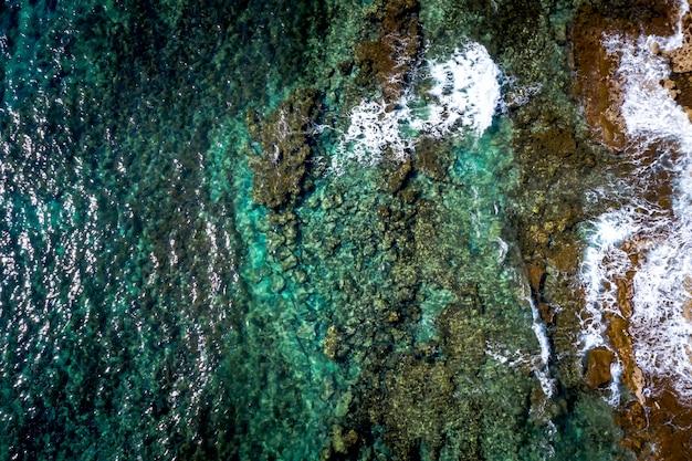Lagoa azul com costa rochosa e águas claras