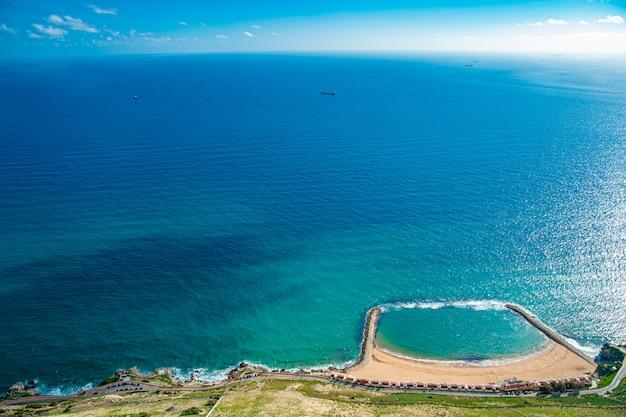 Lagoa azul com praia com perspectiva aérea. local ideal para férias e descanso