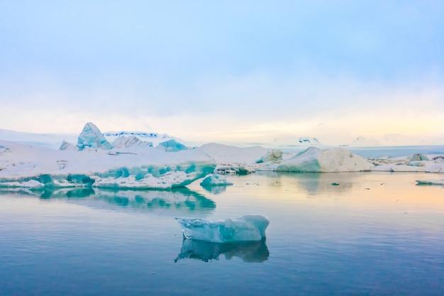 Lagoa azul de neve de berg frio