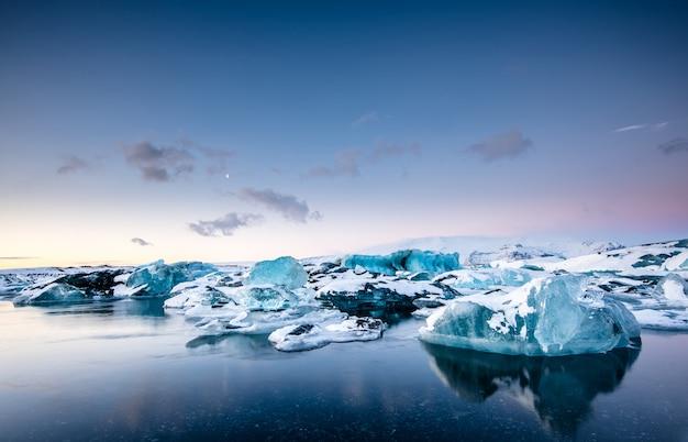 Lagoa da geleira de jokulsarlon ao pôr do sol, islândia
