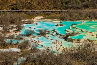 Lagoa multicolorida no Parque Nacional de Huanglong