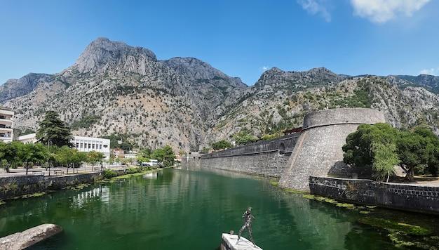 Lagoa perto da torre kampana em kotor, montenegro