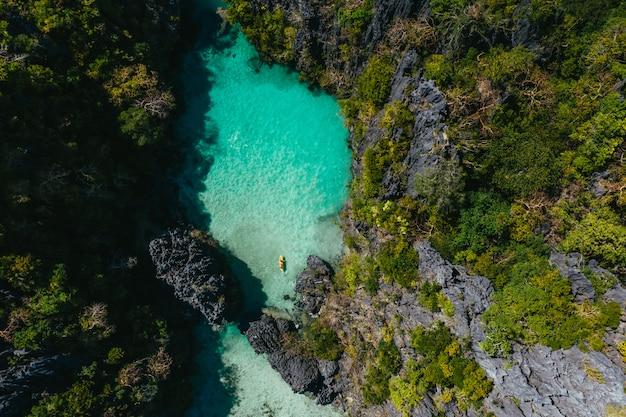 Lagoa secreta em el nido. casal aproveitando o tempo na água cristalina e caiaque. conceito sobre viagens e natureza