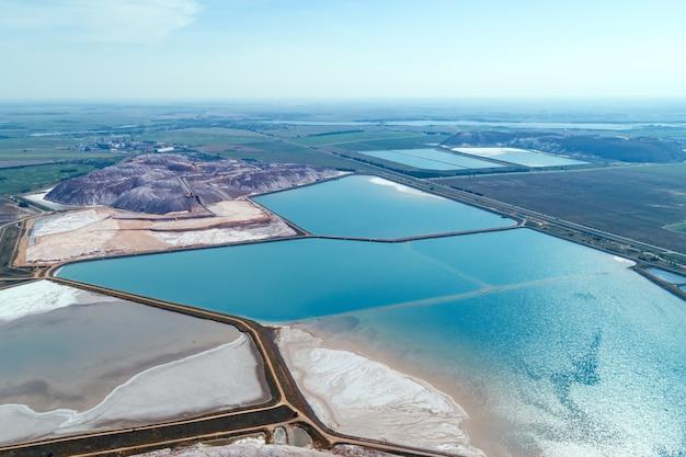 Lagos industriais com água. parte do sistema de abastecimento de água reciclada de minas de sal subterrâneas