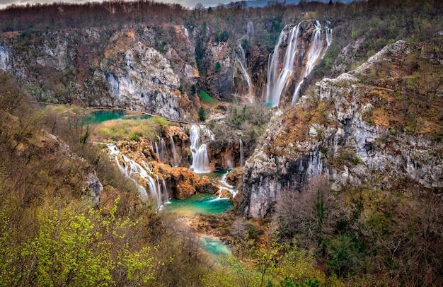 Lagos plitvice e cachoeiras no parque nacional, croácia