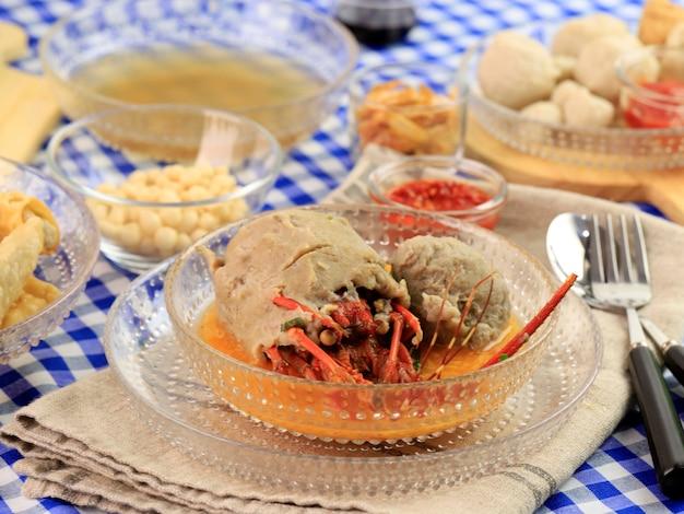 Lagosta bakso ou almôndega de lagosta é lagosta fresca embrulhada com massa de almôndega e cozida
