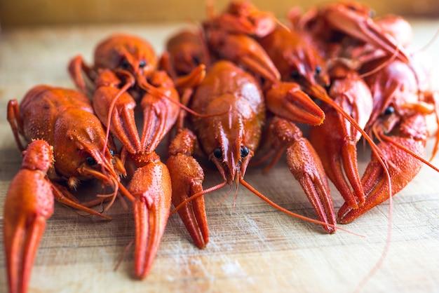 Lagosta cozida perfumada vermelha em um prato