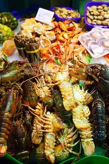 Lagosta e outros frutos do mar no mercado espanhol