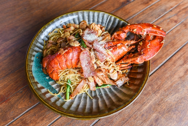 Lagosta grelhada salsicha presunto vegetais e queijo espaguete marisco prato de marisco marisco