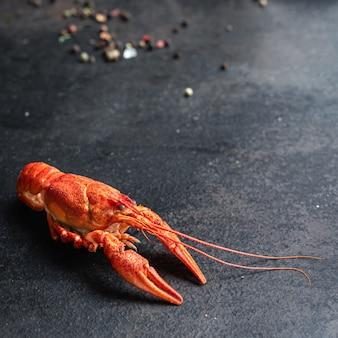 Lagosta lanche fresco frutos do mar crustáceos vermelhos cozidos prontos para comer refeição na mesa cópia espaço comida