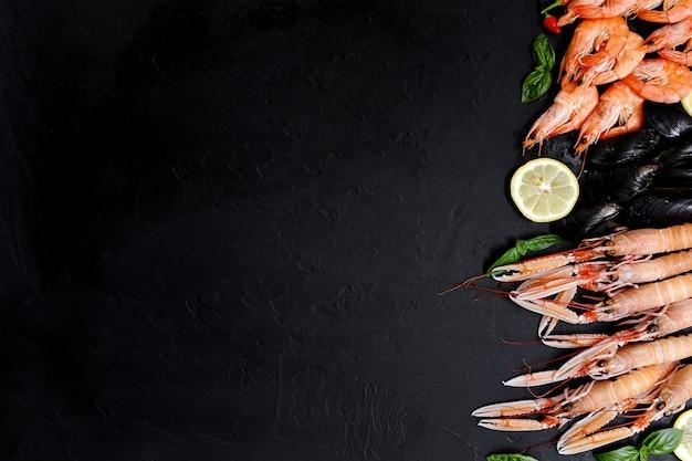 Lagosta norueguesa ou lagostim sobre um fundo escuro e rústico. nephrops norvegicus, camarão da baía de dublin, langostino ou scampi de perto