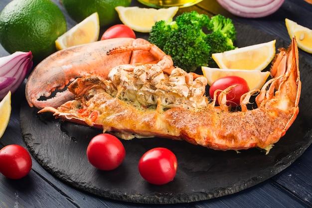 Lagosta termidor lagosta grelhada recheada com creme e queijo servida com limão lagosta boston w