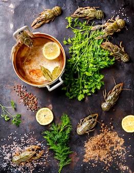 Lagostas cruas, lagosta do bebê. marisco do fundo. conceito da nutrição da dieta.