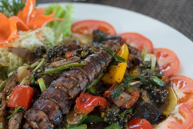 Lagostim com pimenta preta em um prato branco