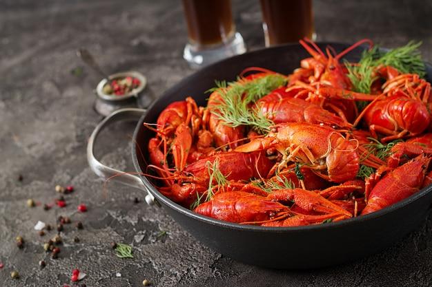 Lagostim. crawfishes fervidos vermelho na tabela no estilo rústico, close up. closeup de lagosta.