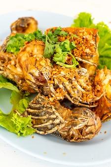 Lagostim frito ou camarão mantis com alho