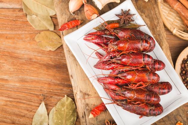Lagostim. lagostins fervidos vermelho na tabela no estilo rústico, close up da lagosta.