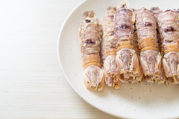 Lagostins cozidos no vapor ou camarões louva-a-deus ou estomatópodes com molho picante de frutos do mar