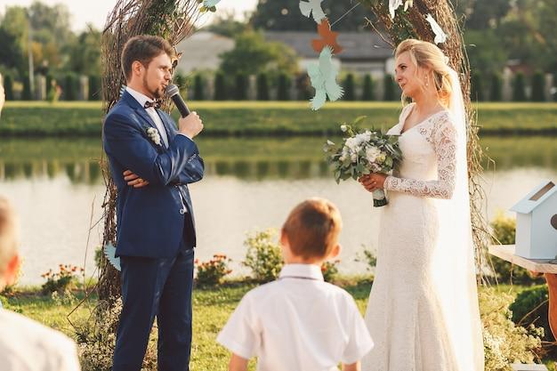 Lágrimas de felicidade andar em rostos de recém-casados enquanto estão diante do altar de casamento