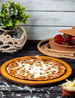 Lahmacun de queijo em cima da mesa