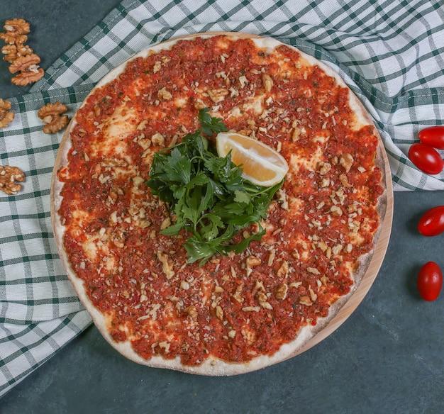 Lahmacun turco do alimento da rua com limão e salsa fresca.