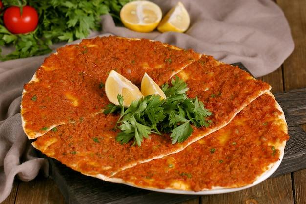 Lahmajun turco com verduras e uma fatia de limão