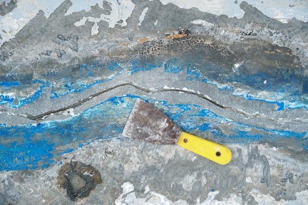 Laje de convés de reparo feito de rachaduras de concreto de pequenas formadas uma longa linha reparação de convés de impermeabilização