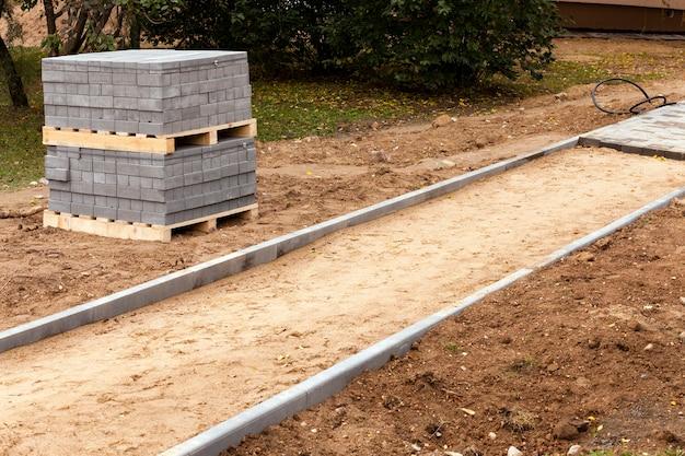 Lajes de pavimentação - as lajes de pavimentação embaladas trazidas para assentamento
