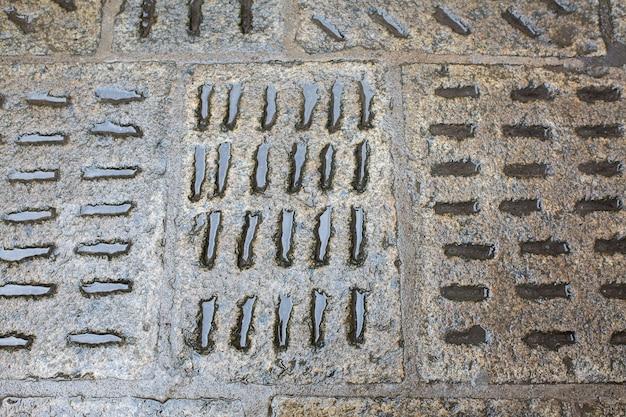 Lajes de pavimentação molhadas velhas após a chuva na área pedonal. praga, república tcheca