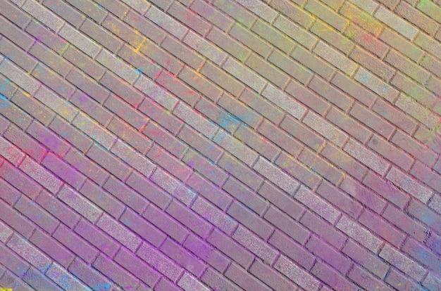 Lajes de pavimento multi coloridas, pintadas a pó com cores secas no festival de holi