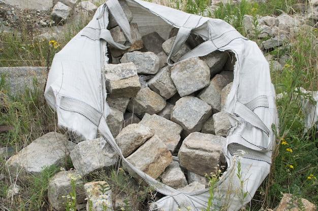 Lajes de pedra antiga no big bag
