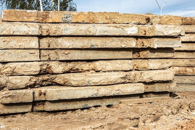 Lajes velhas de concreto armado empilhadas em um canteiro de obras para uso posterior. superfície de estrada temporária.