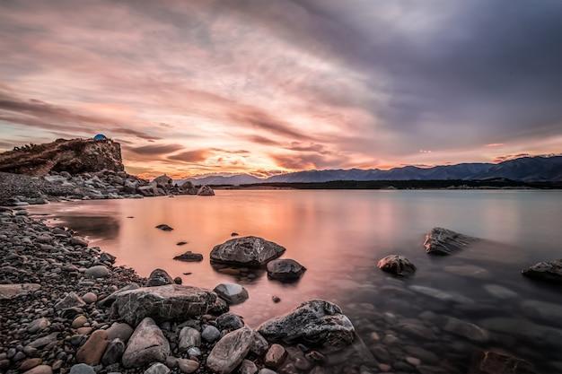 Lake cercada por rochas