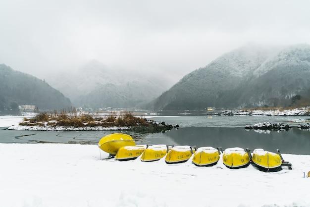 Lake shoji japão. vista da bela branco inverno