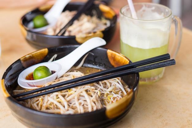 Laksa, comida tradicional em kuching, bornéu