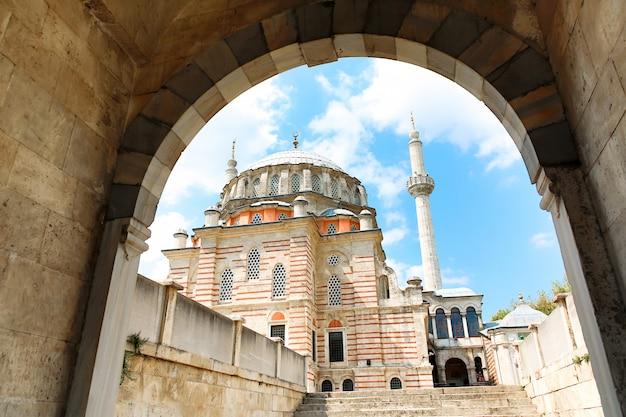 Laleli mosque também conhecida como mesquita tulip com céu azul nublado. vista do portão.
