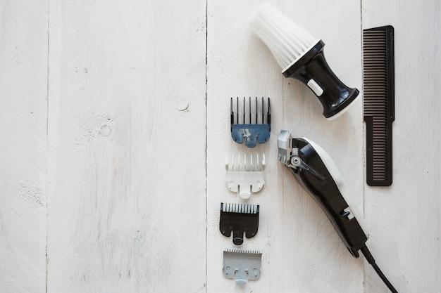 Lâmina de cabeleireiro perto de escova e pente