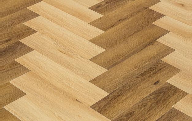 Laminado e parquete com fundo espinha de peixe, piso de madeira com padrão chevron na sala de estar.