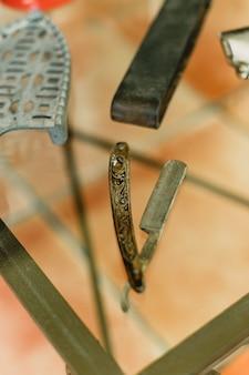 Lâminas e ferramentas de barbear de um barbeiro.
