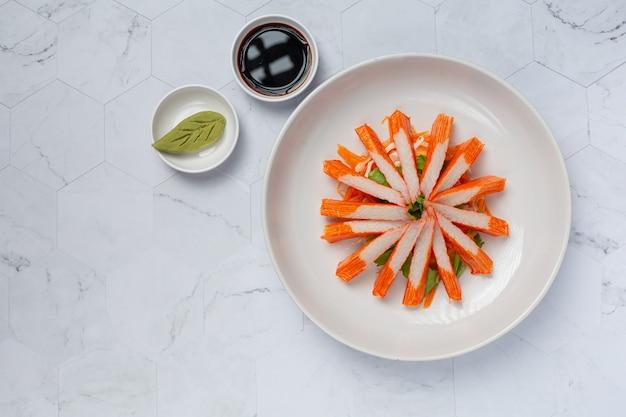 Lâminas frescas de palitos de caranguejo com wasabi e molho