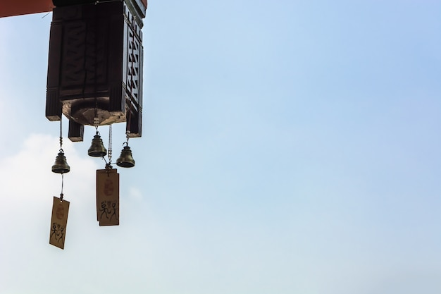 Lâmpada asiática de um edifício