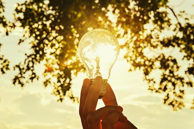 Lâmpada brilha na mão ao ar livre