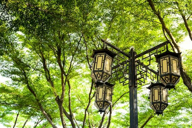 Lâmpada chinesa clássica no parque
