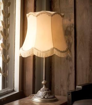 Lâmpada clássica velha, lâmpada vintage em cima da mesa.